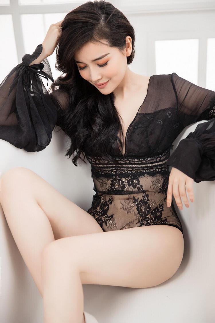 Bộ bikini đen xuyên thấu táo bạo giúp Cao Thái Hà khoe trọn thân hình mảnh mai cùng vòng 1 siêu sexy.