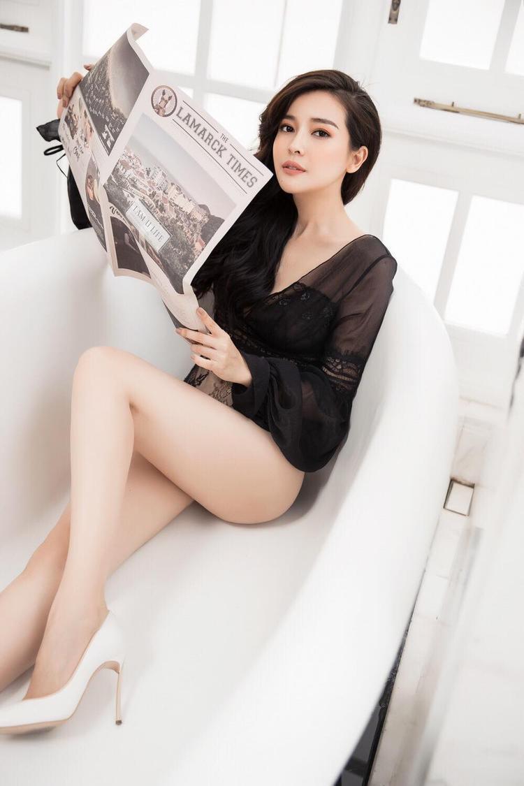 Sở hữu làn da trắng nõn nà cùng chiều cao ấn tượng 1m70, Cao Thái Hà khá tự tin khi diện đồ gợi cảm.