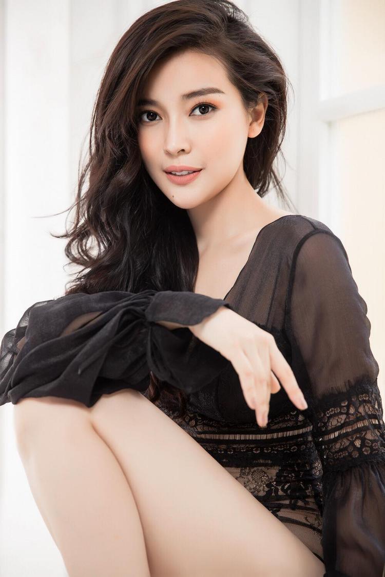 Cao Thái Hà là một trong những người đẹp luôn biết làm mới hình ảnh trong mắt công chúng. Mới đây, nữ diễn viên cũng vừa thực hiện bộ ảnh mới nhất với hình tượng gợi cảm, quyến rũ với áo lưới mỏng tang.