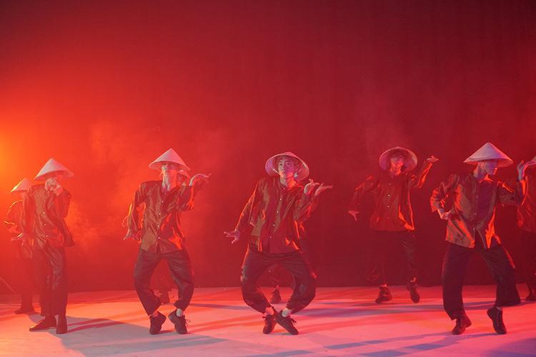 Quang Đăng mặc áo bà ba, đội nón lá trong điệu nhảy đặc sệt văn hóa Việt