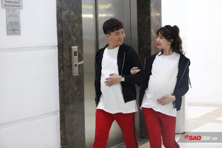 Cùng xuất hiện tại trung tâm thương mại, Trấn Thành-Hari Won không ngần ngại diện đồ đôi, nắm tay nhau tình tứ.