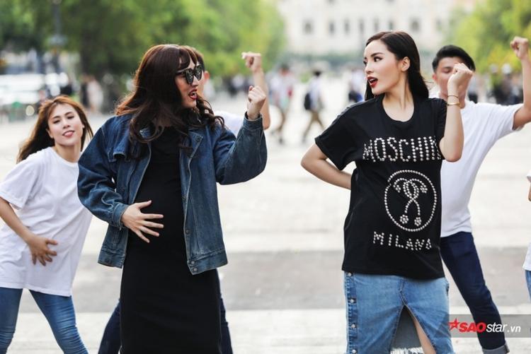 """Cả hai từng """"đại náo"""" phố đi bộ với set đồ cùng tông, cách mix gam màu đen cùng chất liệu jeans giống nhau cho thấy, gia đình """"Kỳ-Vĩ"""" đã có sự đầu tư, tính toán rất kỹ khi xuất hiện trước công chúng."""