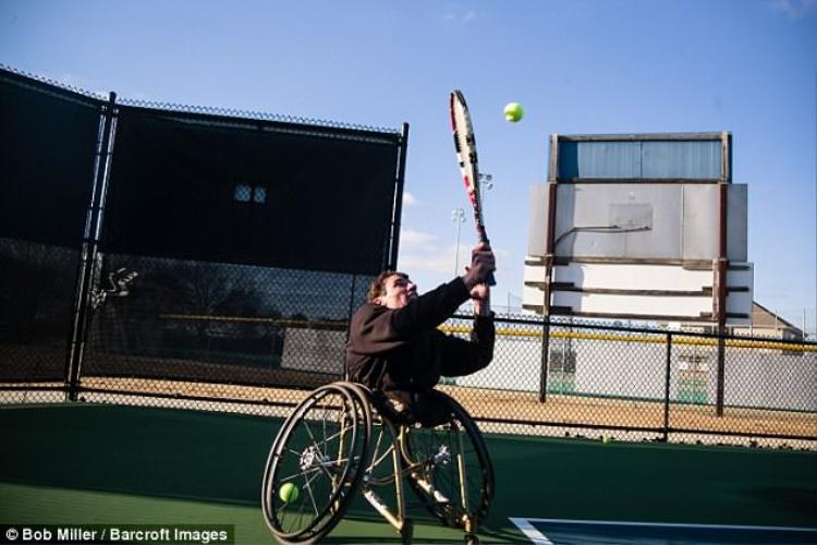 Anh Burton cũng có thể chơi tennis.