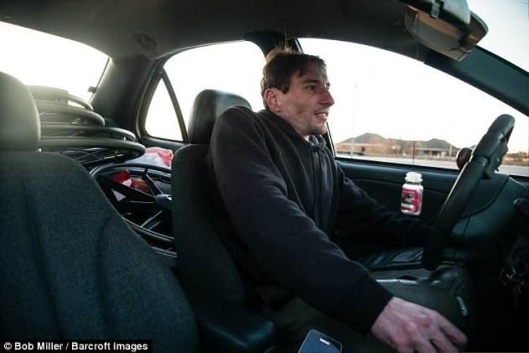 Dù không có hai chân nhưng anh Burton vẫn có thể lái xe, nấu ăn, tự chăm lo được cho cuộc sống của mình.