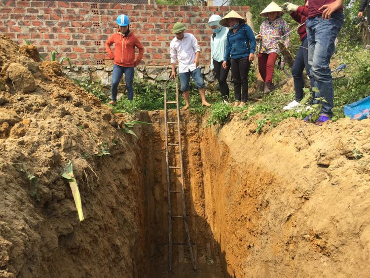 Đoàn liên ngành đào hố và phát hiện có dầu chảy ra.