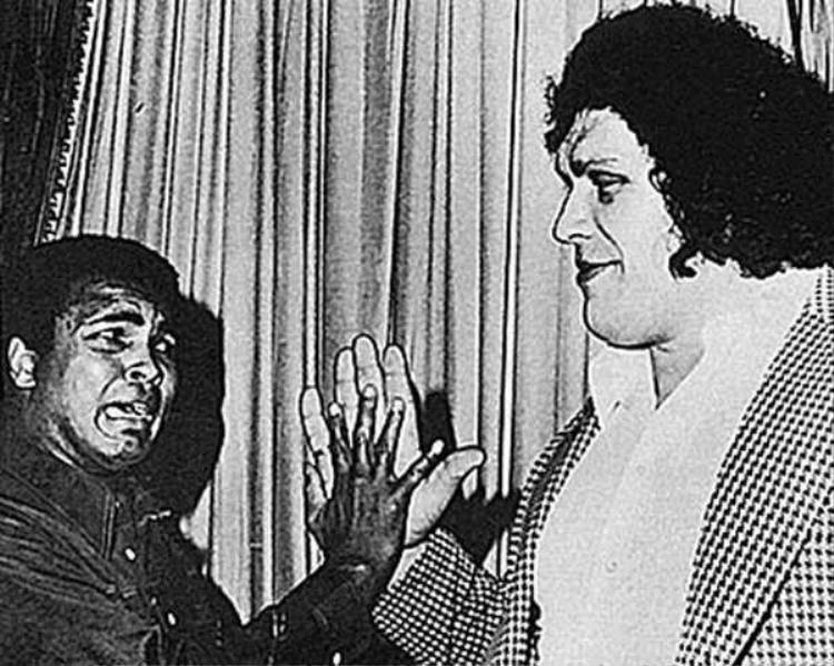 André và Muhammad Ali, vận động viên quyền Anhtừng dành huy chương vàng Olympic, gặp nhau năm 1975. Cả hai đang đọ tay với nhau.