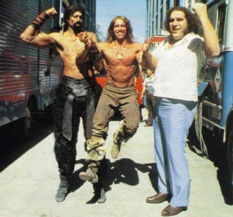 André nhấc bổng Arnold Schwarzenegger - cựu thống đốc bang California đồng thời còn là diễn viên nổi tiếng trong bộ phim Kẻ hủy diệt. Đây không phải lần đầu tiên André làm việc này. Được biết André rất hào phóng, ông thường xuyên trả tiền cho các buổi tiệc tùng. Có lần André bắt gặp Arnold đang thanh toán tiền ăn, ông liền bế bổng Arnold đặt xuống ghế rồi quay sang trả tiền thay cho diễn viênKẻ hủy diệt.
