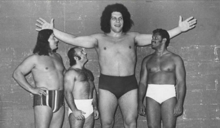 André đứng cạnh các đối thủ của mình đến từ Liên đoàn đấu vật thế giới.