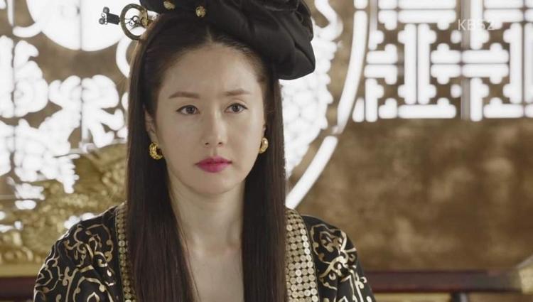 """Vai Hoàng Hậu trong """"Hwarang""""."""