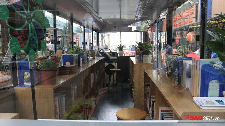 Bên trong xe buýt như một thư viện thu nhỏ, gồm các kệ trưng bày nhiều loại sách, báo phục vụ nhu cầu tìm kiếm thông tin của du khách.