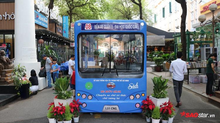 Xe buýt sách có chiều rộng 1,5m và chiều dài 6m, là mô hình thư viện mini, có dãy kệ gỗ, bàn, ghế cho người đọc có thêm không gian đọc sách yên tĩnh, sáng tạo.