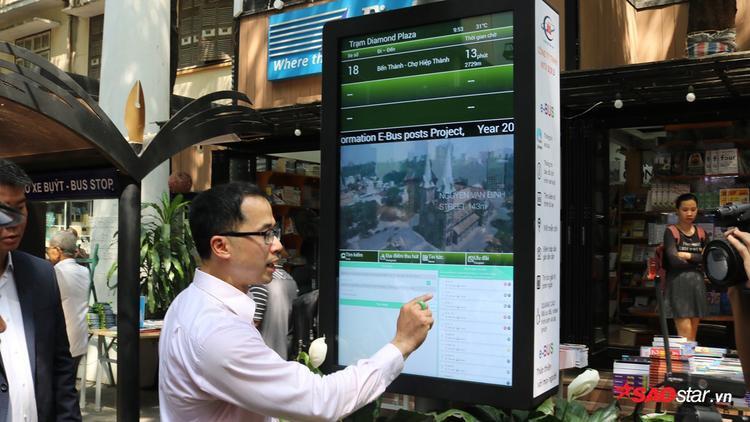 Bạn đọc và du khách được trải nghiệm wifi miễn phí để tra cứu thông tin về sách và các tuyến buýt tại TP HCM. Bảng tra cứu thông tin điện tử này là mô hình đầu tiên ở TP.HCM, nằm trong kế hoạch chuẩn bị triển khai việc ứng dụng công nghệ tại các trạm chờ của Sở Giao thông vận tải.
