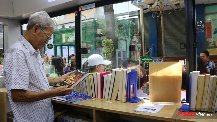 """Tại Đường sách còn có Trạm chờ """"Tri thức"""", được trang bị kệ sách, gỗ, mái che thiết kế theo hình trang sách."""