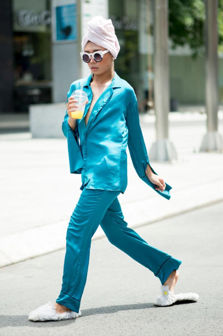 Anh Chàng Diêu Vĩ Nhân đã gây ấn tượng mạnh với việc thể hiện bãn lĩnh thời trang của mình qua trang phục pyjama và khắn tắm.