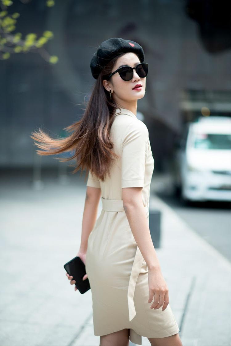 Quán quân Hương Ly mang đến một phong cách preppy cuốn hút. Chỉ việc mix-and-match giầy ankle boot, cùng áo đầm trễ vai và nón beret, tạo ra sự nhã nhặn về phong thái.