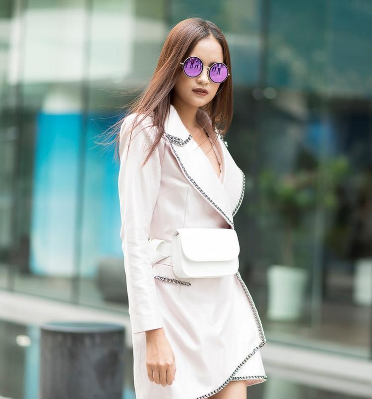 Quán quân Ngọc Châu trẻ trung và khoẻ khoắn trong thiết kế menswear của NTK Nguyễn Tiến Truyển với điểm nhấn là túi đeo hông đơn giản từ một thương hiệu trong nước.