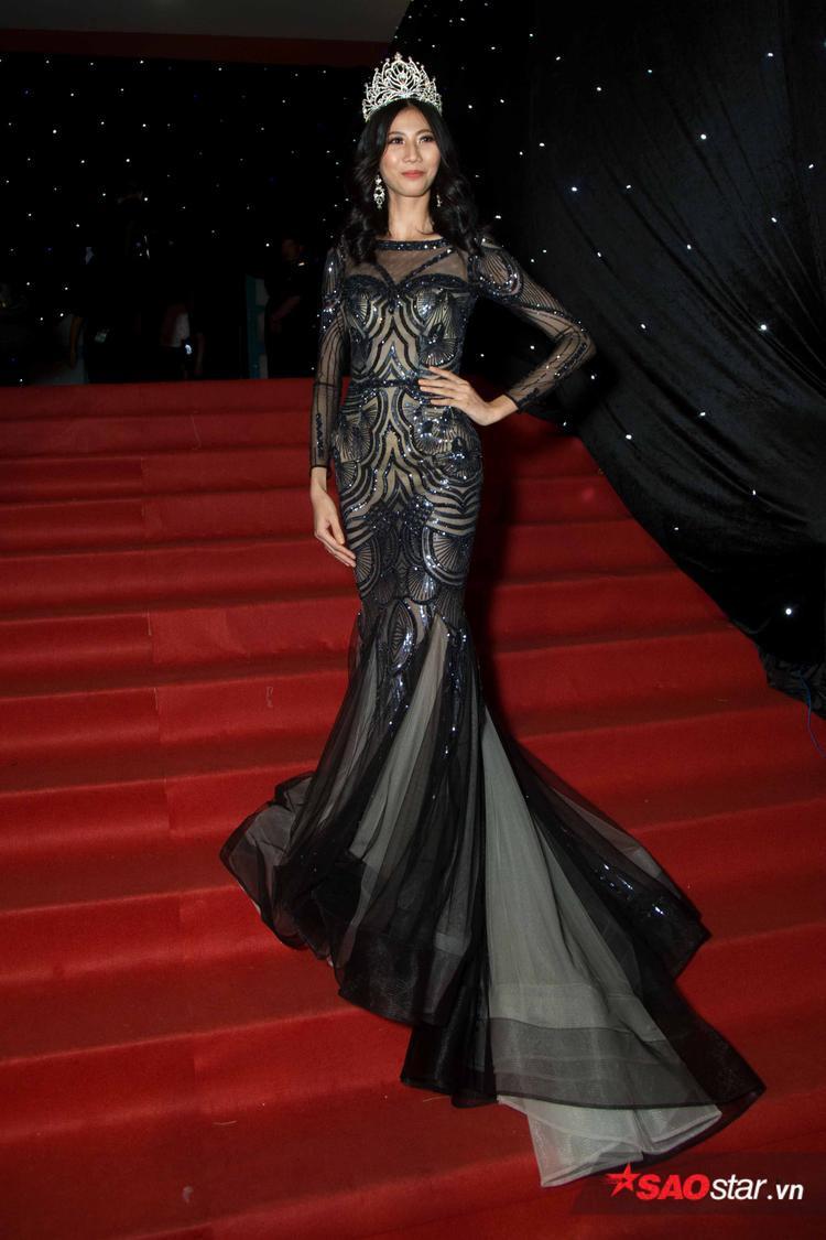 """Người mẫu Cao Ngân bất ngờ với hình ảnh đậm chất """"Beauty Queen"""" trong bộ váy đuôi cá cùng chiếc vương miện quyền lực trên thảm đỏ."""