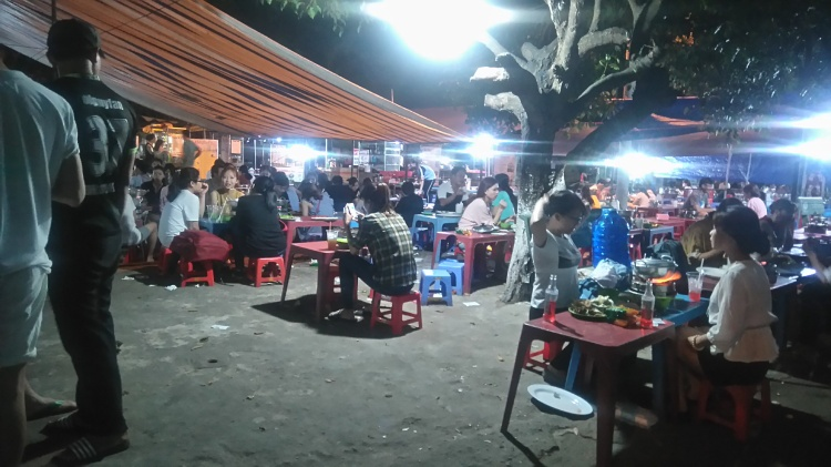 Các quán ăn thu hút rất đông sinh viên