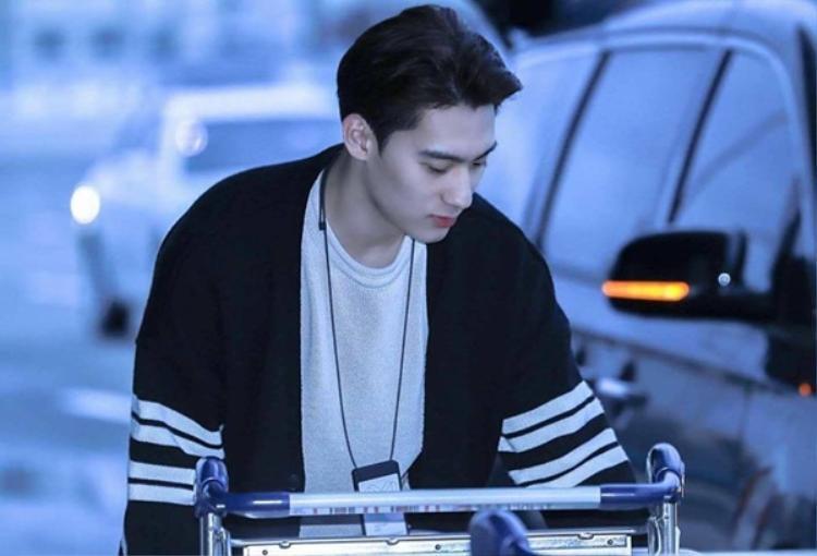 Nếu giữa dòng đời tấp nập, bạn vô tình nhìn thấy chàng trai này thì sẽ nghĩ đây là idol hay quản lý? Tất nhiên là idol rồi.