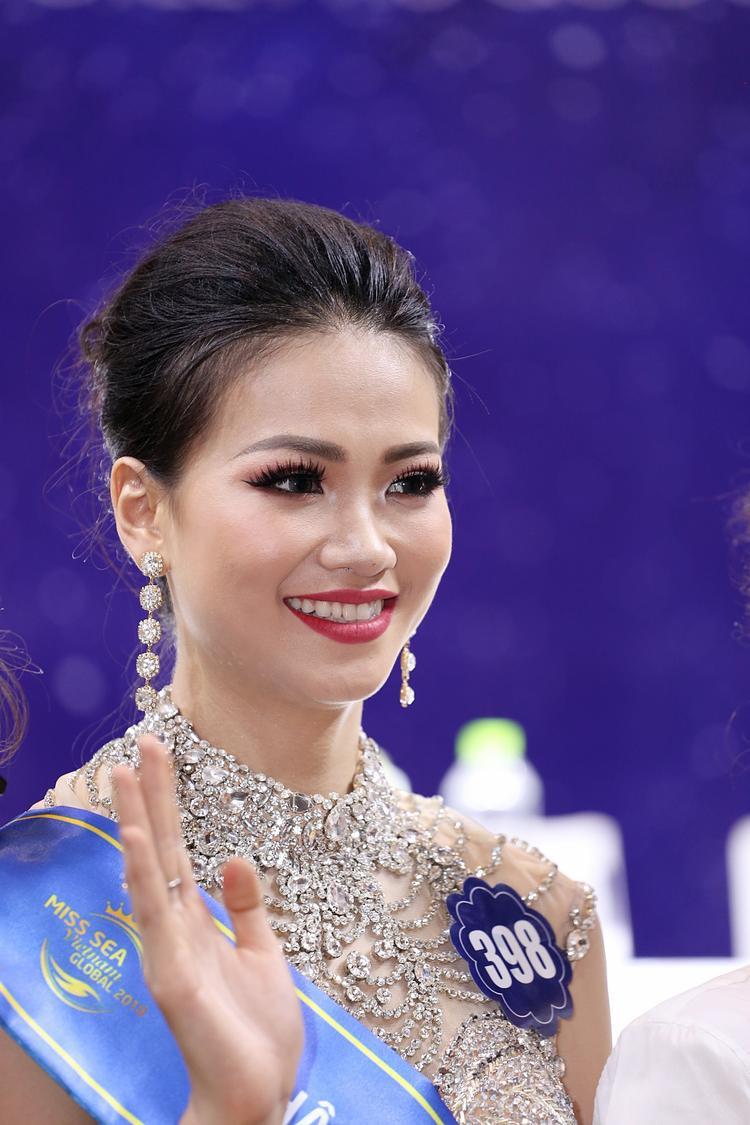 Á hậu 2 Nguyễn Phương Khánh.