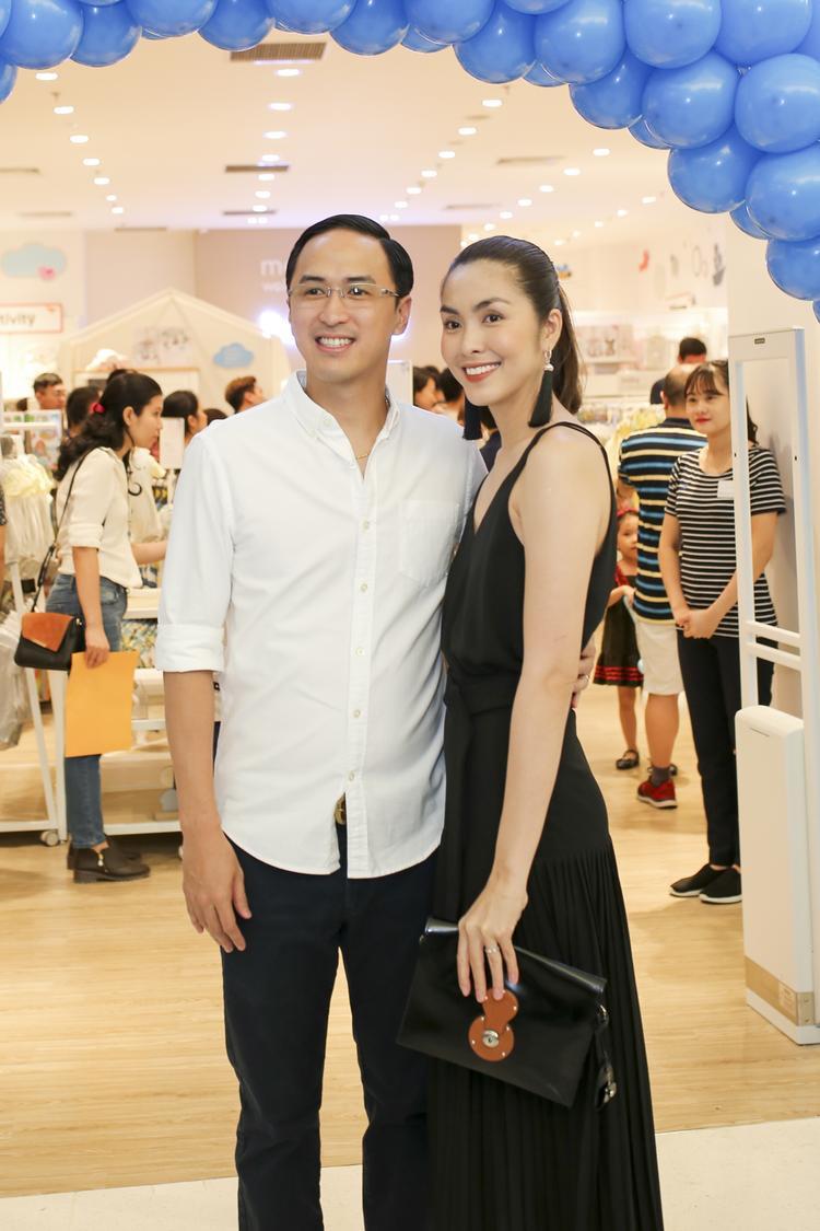 Vợ chồng Hà Tăng gây chú ý khi cùng nhau xuất hiện tại sự kiện. Dù đã là mẹ 2 con, ngọc nữ ngày nào vẫn giữ được vóc dáng nhiều người mơ ước.