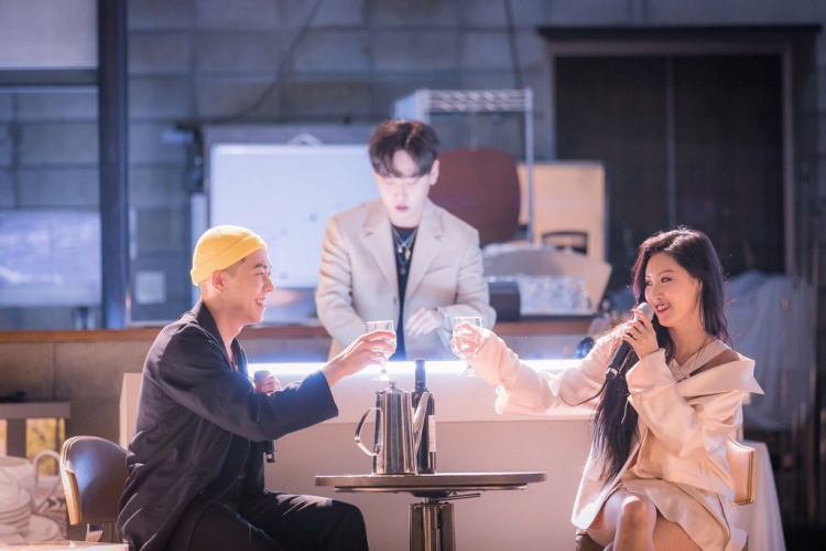 Màn hợp tác giữa quán quân Show Me The Money mùa đầu tiên và giọng ca đầy nội lực của Mamamoo nhanh chóng chinh phục các fan với giai điệu ngọt ngào, quyến rũ.