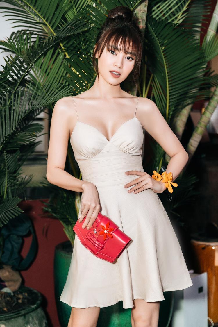 """Ninh Dương Lan Ngọc khoe đầy gợi cảm với thiết kế hai dây dáng xoè thời thượng, được lấy cảm hứng từ đầm ngủ khoe vẻ đẹp mong manh, nữ tính. Sắc màu của váy tôn lên làn da trắng """"không tì vết"""" của nữ diễn viên."""