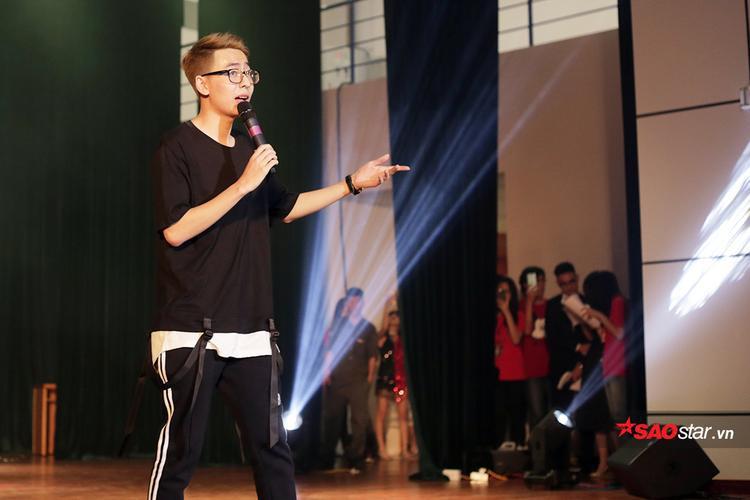 """Nam ca sĩ OSAD tiết lộ rất hạnh phúc khi được trình diễn tại sân khấu của ĐH Kinh tế Quốc dân, bởi anh chàng chính là sinh viên tại """"hàng xóm"""" ĐH Bách khoa."""