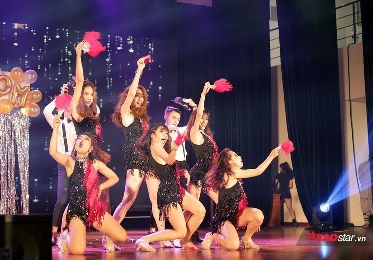 Nhóm Cross mang đến đêm chung kết một sân khấu nhạc kịch đậm hơi hướng Broadway, với sự đầu tư kĩ lưỡng về trang phục, đạo cụ, biên đạo và thần thái sân khấu.