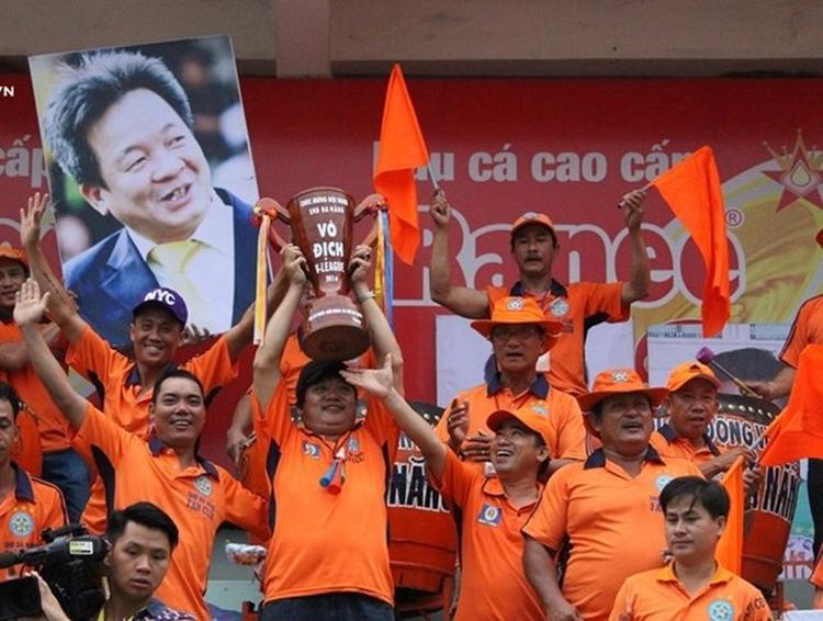 CĐV CLB Đà Nẵng đem hình bầu Hiển xuống sân Cao Lãnh ở vòng cuối V.League 2016.