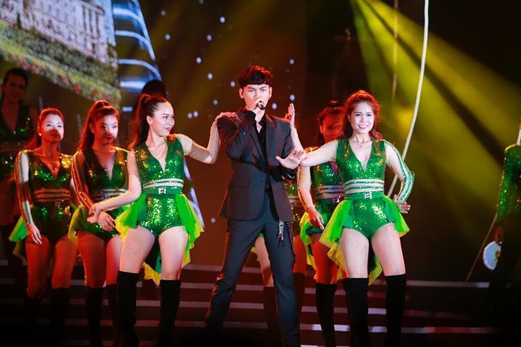Ali máu lửa cùng các vũ công.