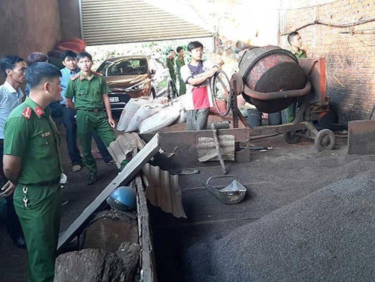 Không chỉ nhuộm phế phẩm cà phê với nước lõi pin, cơ sở bà Nguyễn Thị Thanh Loan còn trộn cả đá nhuyễn - (Ảnh: ĐD) .