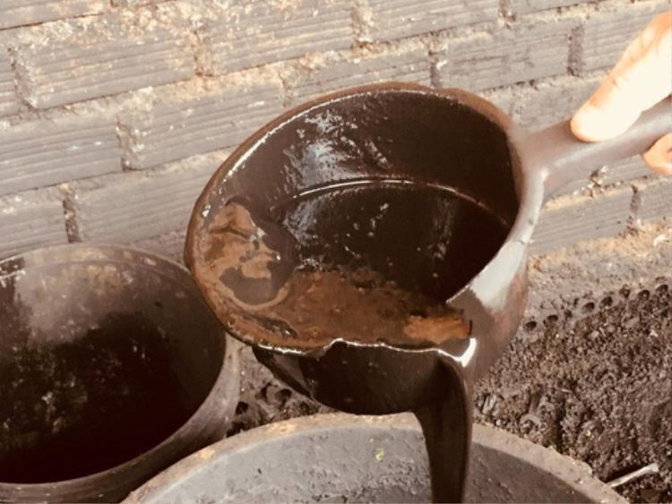 Tạp chất vỏ cà phê nhuộm than pin. Ảnh: Ngọc Ánh.