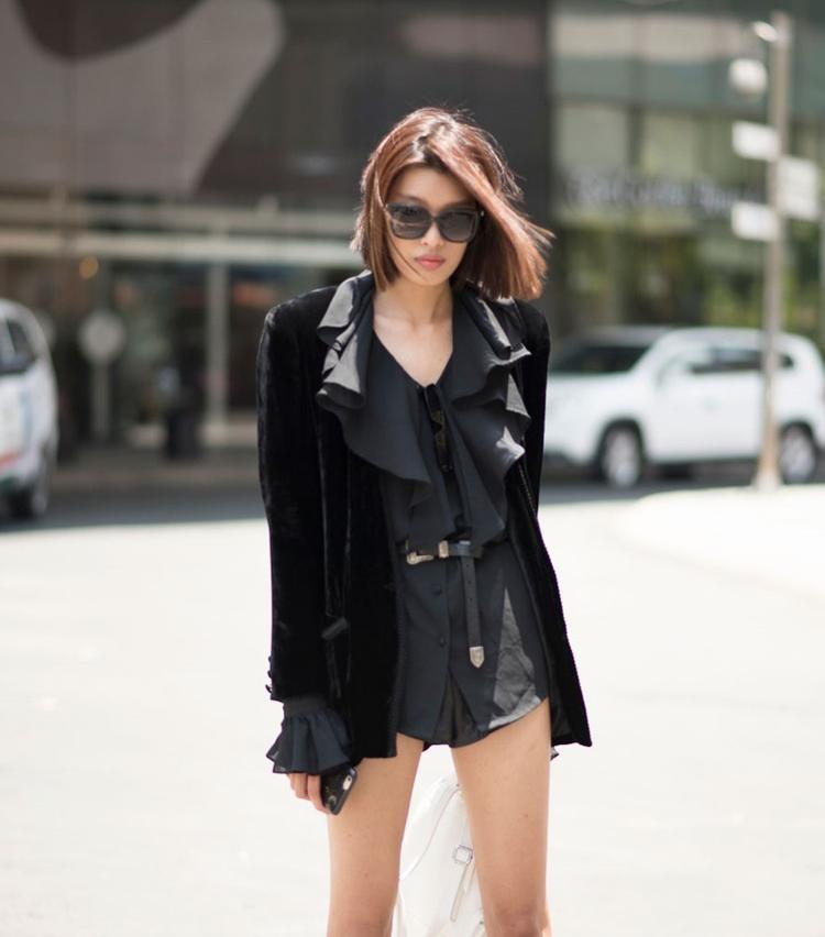 Phương Oanh diện set đồ đen đến ngày cuối của sự kiện The Best Street Style. Phong cách monochrome với màu đen quyến rũ, cùng bộ jumpsuit ngắn đã tôn lên đôi chân dài quyến rũ của người mẫu.Với thần thái chuyên nghiệp, điểm nhấn là phụ kiện túi xách, Phương Oanh đã tạo nên một sức hấp dẫn cho trang phục của mình.
