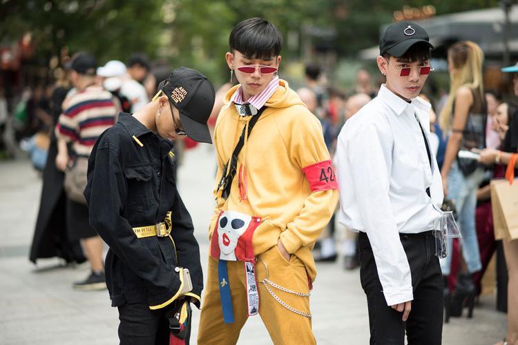 Ngoài các nhóc tì sành điệu, chúng ta còn dễ dàng những phong cách thời trang cực ấn tượng của các bạn trẻ trong ngày hôm nay.