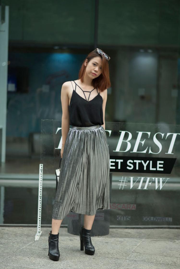 Chân váy ánh kim cùng áo tank top đơn giản nhưng vẫn tạo ra sự cuốn hút cho tín đồ thời trang Thanh Trúc.