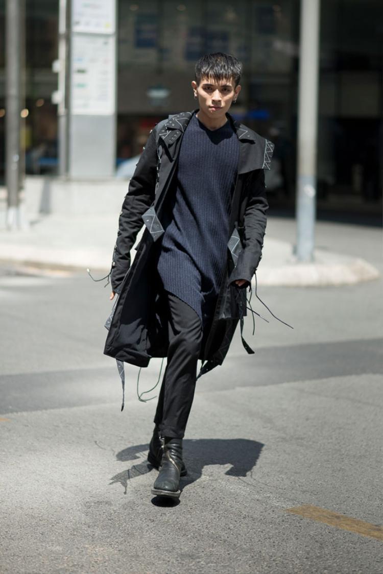 Người mẫu Đình Long bụi bặm với phong cách street style cực chất. Lấy cảm hứng từ nền thời trang của xứ sở Kim Chi, có vẻ như Đình Long lại một lần nữa mang Seoul Fashion Week đến Việt Nam.