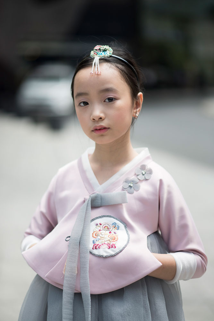 Không khí càng trở nên nhộn khi có sự góp mặt của fashionista nhí. Một tín đồ thời trang nhí đáng yêu trong trang phục Kimono được cách tân nhẹ nhàng.