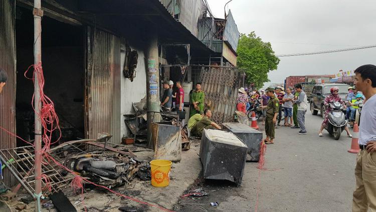 Nhiều người dân xót xa sau vụ hỏa hoạn khiến 3 mẹ con tử vong.