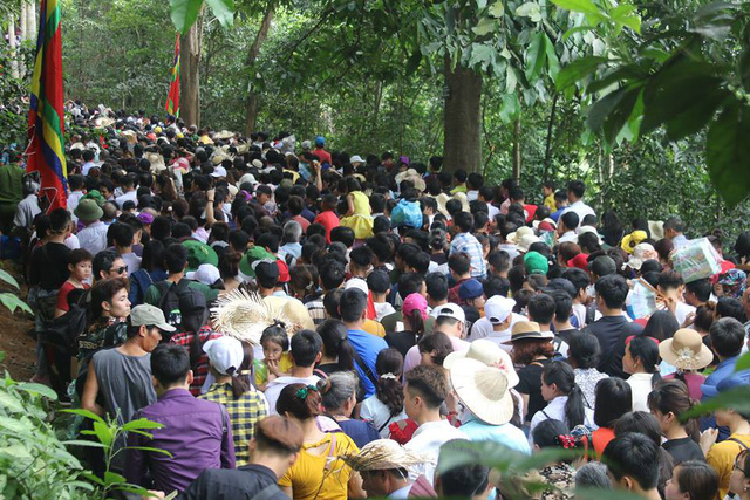 Cảnh tượng đông nghẹt thở ở Đền Hùng dù chưa vào ngày chính hội. Ảnh: Dân Trí