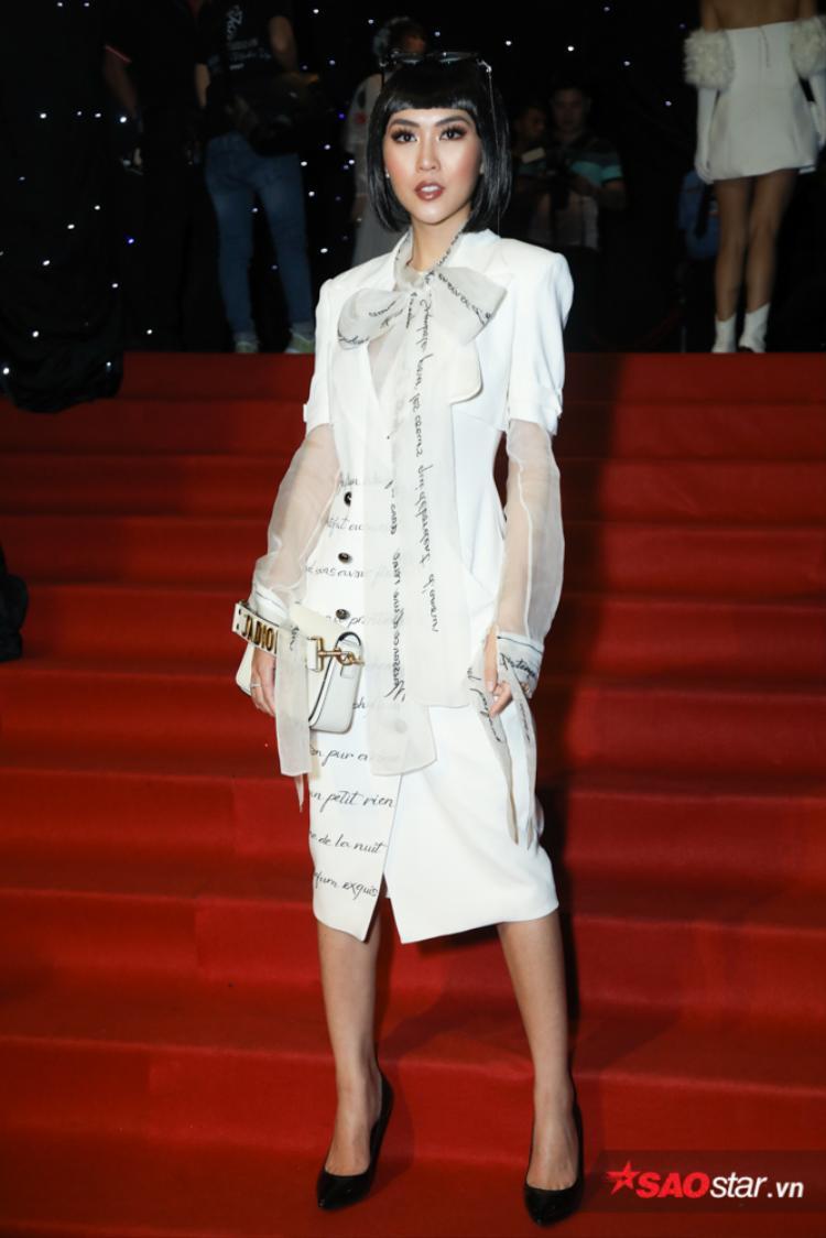 Người đẹp chọn một thiết kế mới nhất của nhà tạo mốt Lê Thanh Hòa.