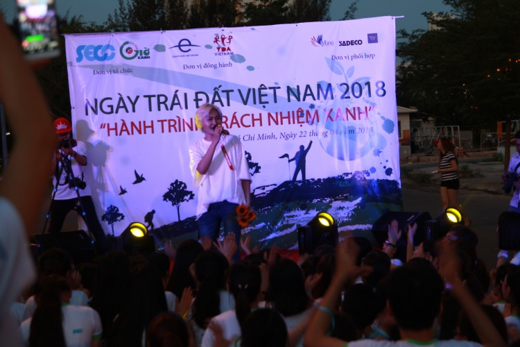 Sinh viên Sài Gòn hòa chung điệu flashmob cùng Châu Đăng Khoa nhân ngày Trái đất 2018