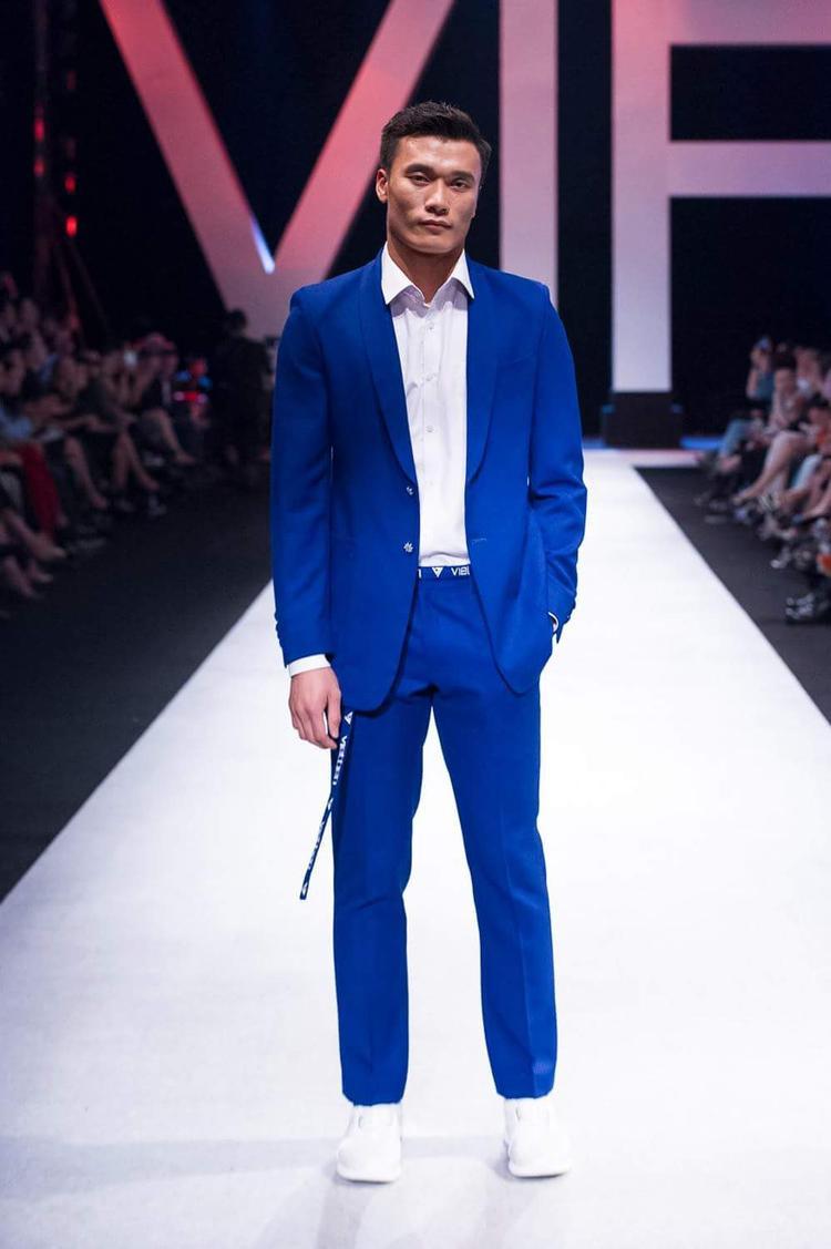 Diện thiết kế vest màu nổi, anh chàng trông trẻ trung, phong độ hết cỡ.