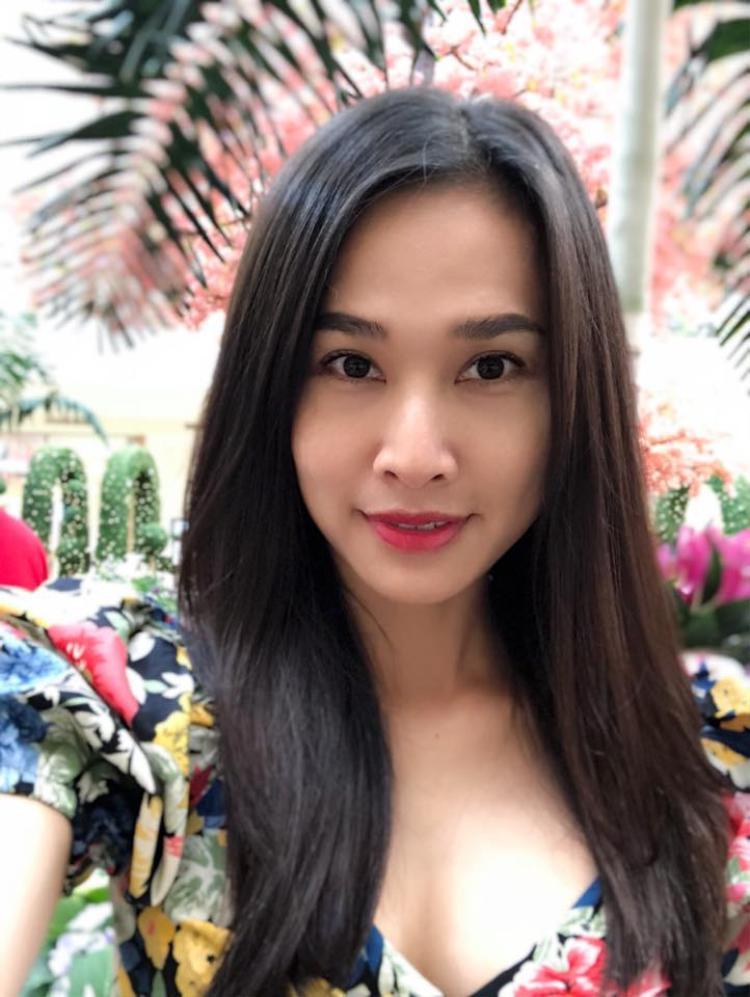 Với khuông mặt mộc này, Mỹ Linh chỉ thoa một chút son môn, chải mascara là có khuôn mặt bừng sáng.