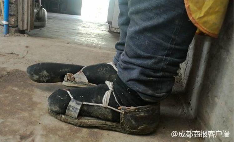 Đôi giày đặc biệt do bà Cai tự thiết kế. Ảnh:Chengdu Economic Daily