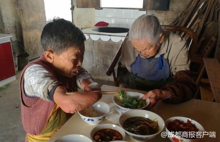 Bữa cơm hàng ngày của hai mẹ con bà Cai. Ảnh:Chengdu Economic Daily