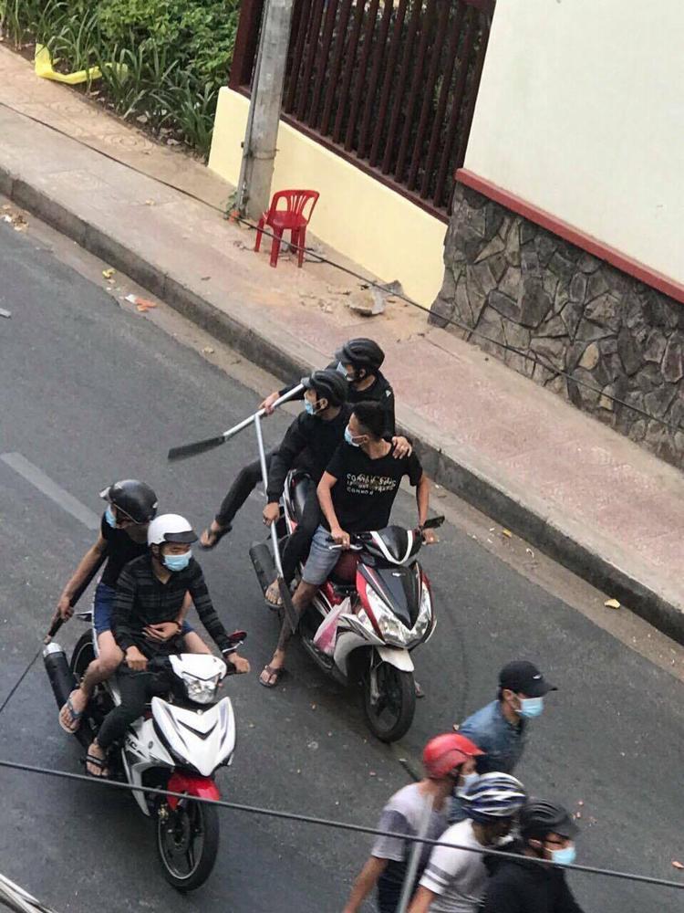 Nhóm người cầm dao, mã tấu chém nhau kinh hoàng trên đường phố.