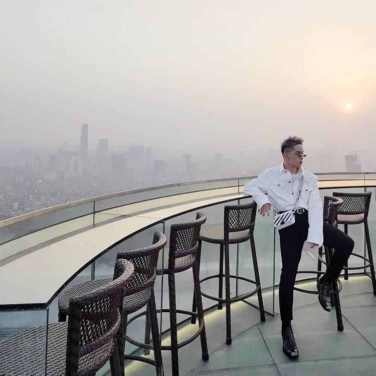 Kelbin Lei tỏa sáng với combo áo khoác rộng cùng quần skinny jeans ôm, anh chàng nhấn nhá thêm kính mát tin hin và túi đeo chéo Off-White nhằm nêu bật cá tính.