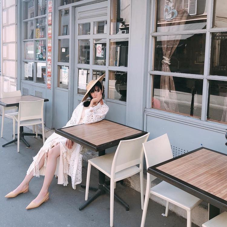 """Min vô cùng ngọt ngào khi diện đầm ren lưới cùng mũ đội lệch. Giọng ca """"Ghen"""" còn hài hước chia sẻ dòng trạng thái cho bức ảnh: """"Fashion week tự tạo ngày 3""""."""