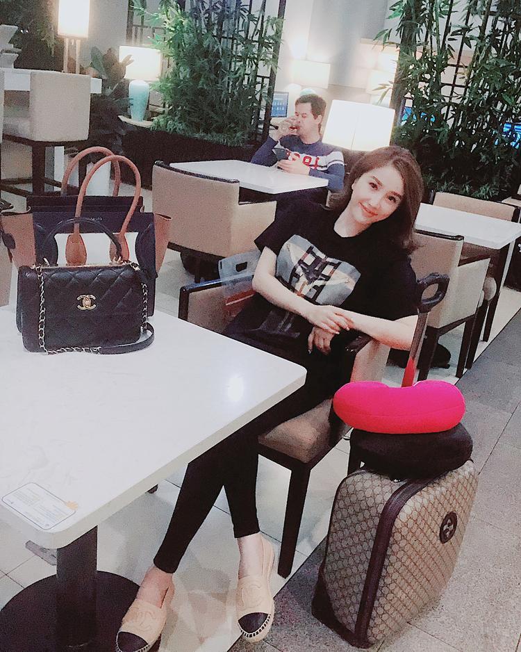 Bảo Thy ăn diện đơn giản nhưng vẫn rất thời thượng khi mix trang phục với phụ kiện túi xách và giày đế cói của Chanel.